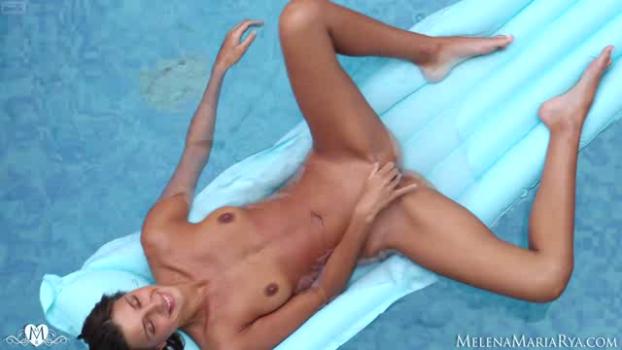melenamariarya-18-12-09-sex-on-pool.png