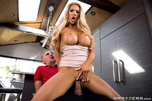 realwifestories-18-12-20-courtney-taylor-courtney-lends-a-helping-hand.jpg